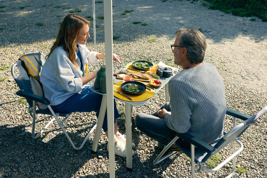 Geniet van uw maaltijd op de standaard meegeleverde buitentafel en stoelen.