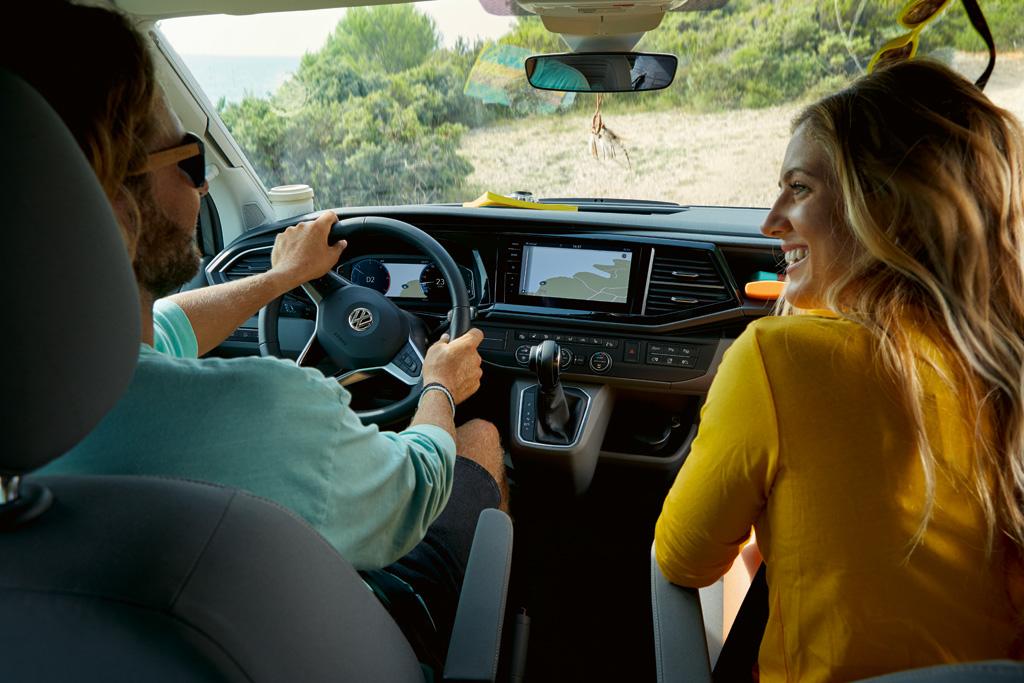 Achter het stuur is er zicht op een nieuw ontworpen dashboard met een nieuw instrumentarium, dat nu ook als Digital Cockpit leverbaar is.