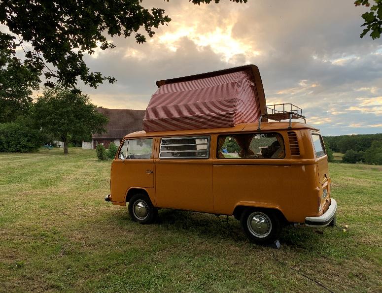 Volkswagen T2 op camping la Montgarnie - Rustiek Kamperen